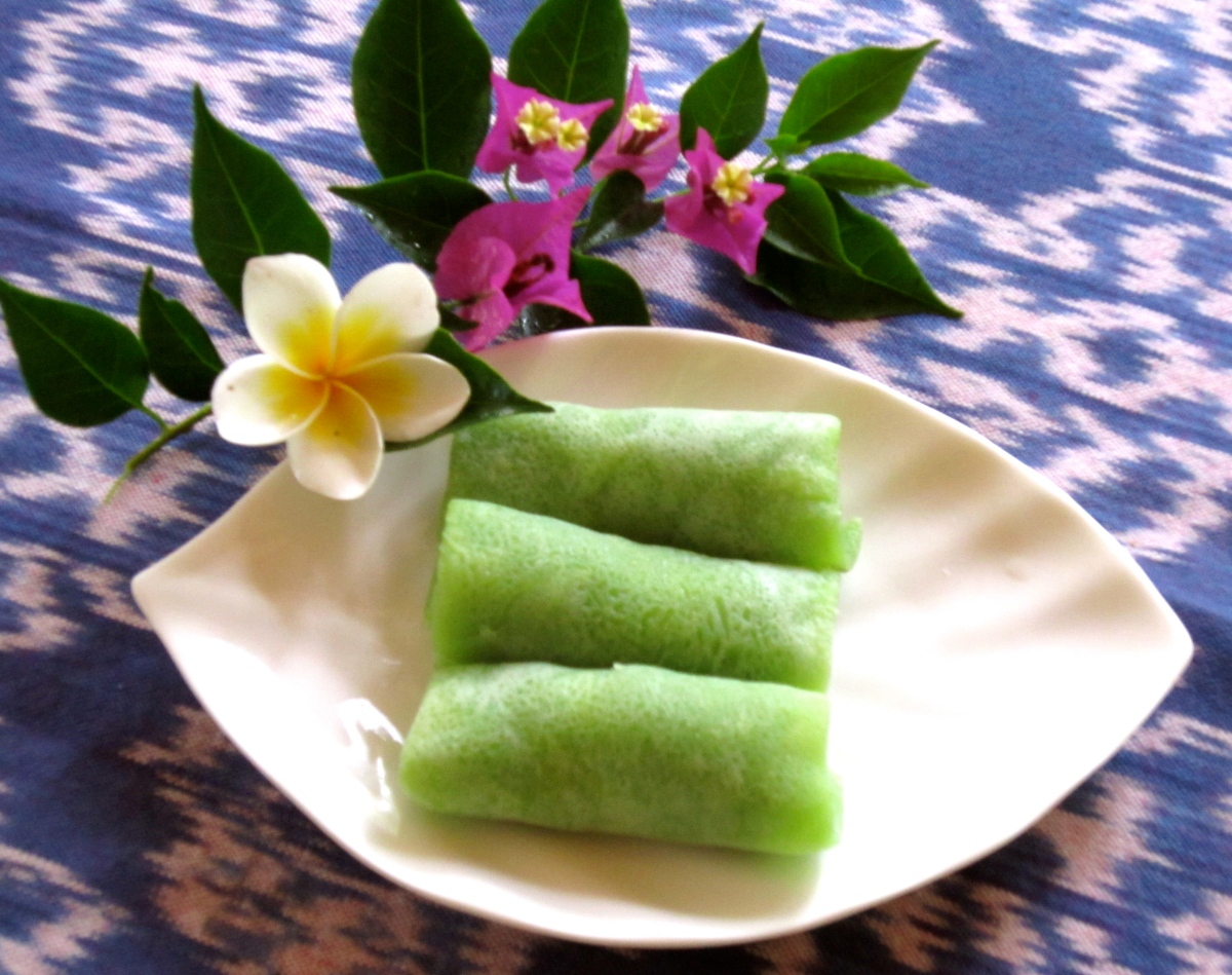 dadar unti, balinese crêpes with coconut filling